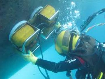 Cận Cảnh Vệ Sinh Tàu Dưới Biển